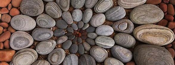 Arte geométrica com rochas e folhas