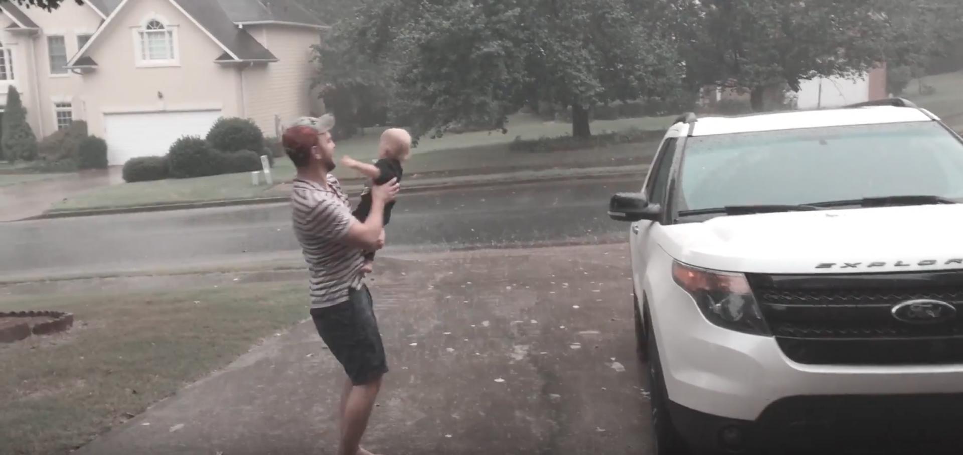 Vídeo registra a reação de um bebê ao experimentar seu primeiro banho de chuva
