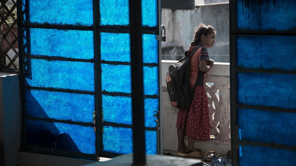 Mochilas luminosas ajudam crianças a voltarem seguras de noite para suas casas