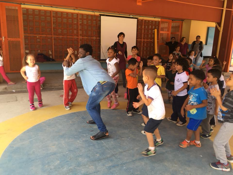 Projeto NA DANÇA! leva artistas imigrantes para ensinar danças nas escolas