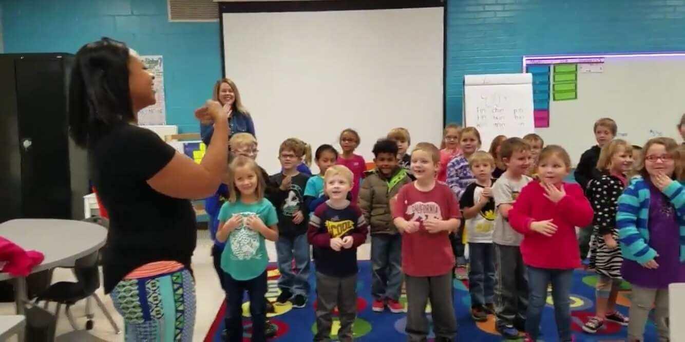 Crianças fazem surpresa de aniversário para zelador surdo da escola