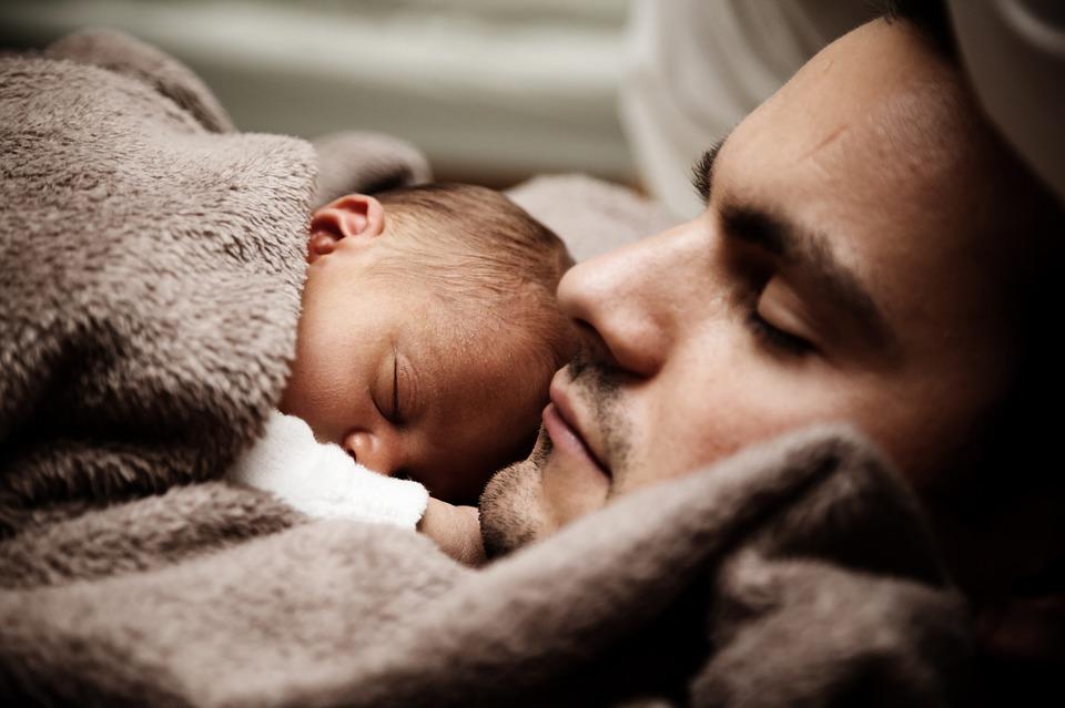 Licença-paternidade ainda é raridade na maioria dos países apesar do impacto comprovado