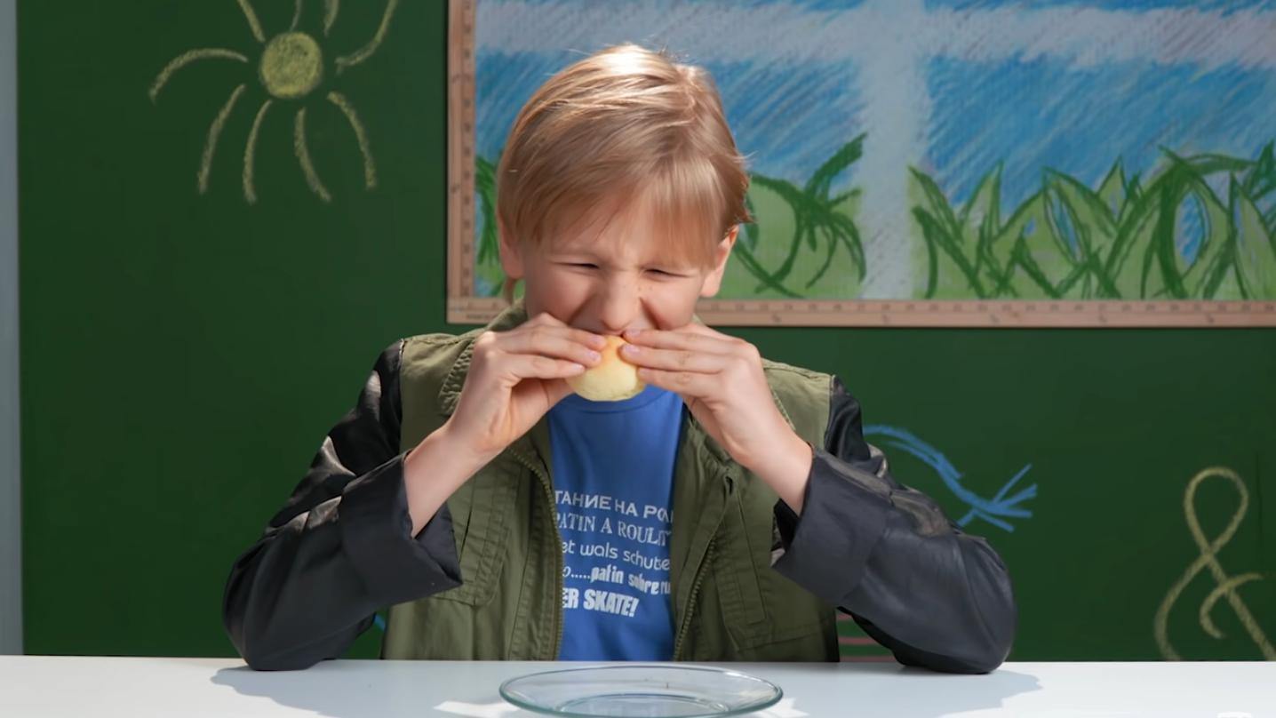 Veja a reação de crianças americanas experimentando comidas brasileiras
